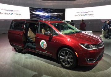 2017 NAIAS: Chrysler Pacifica wins first-ever North American Utility of the Year Award