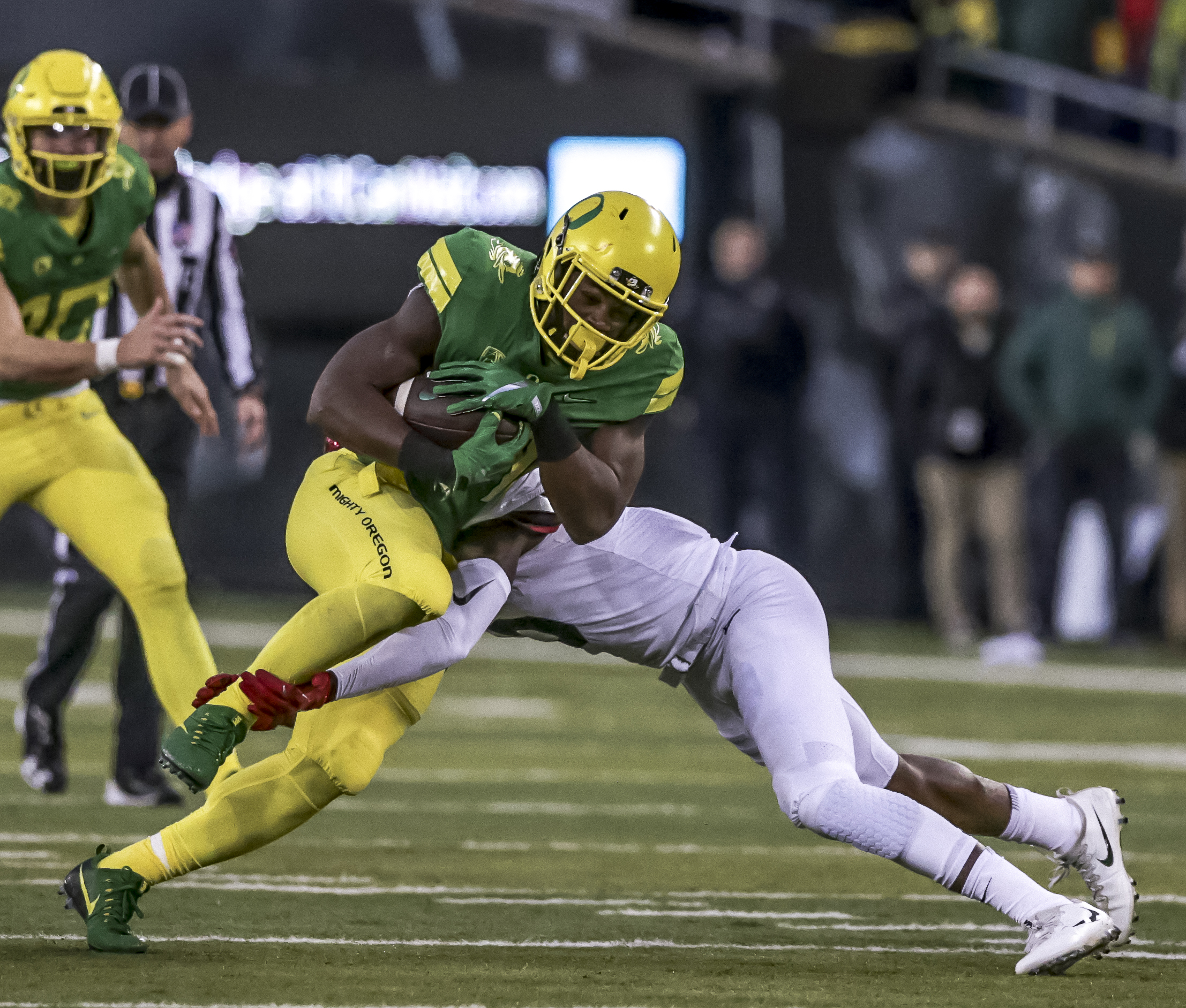 Oregon running back Royce Freeman (#21) charges past an Arizona defender. The Oregon Ducks lead the Arizona Wildcats 28 to 21 at the end of the first half at Autzen Stadium on Saturday, November 18, 2017. Photo by Ben Lonergan, Oregon News Lab