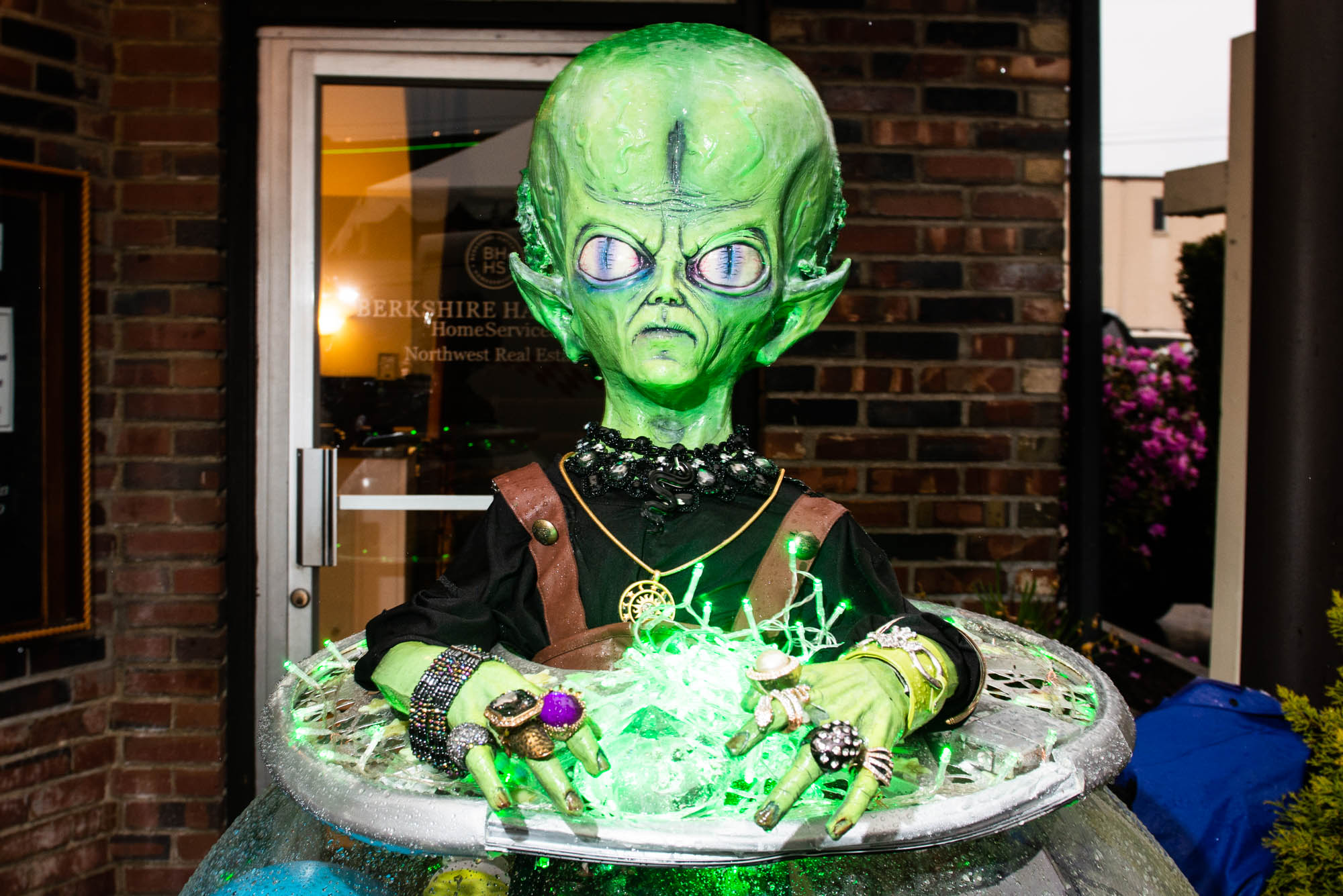 After a brief hiatus, the Burien UFO Festival made its descent into Olde Burien last night. Despite the blustery weather, the rain certainly didn't discourage UFO enthusiasts. Along with local businesses and a solid selection of food trucks, a giant UFO cake was on display for everyone to photograph and sample.{ } Click on for photos from the fun family friendly event. (Image: Chona Kasinger / Seattle Refined)