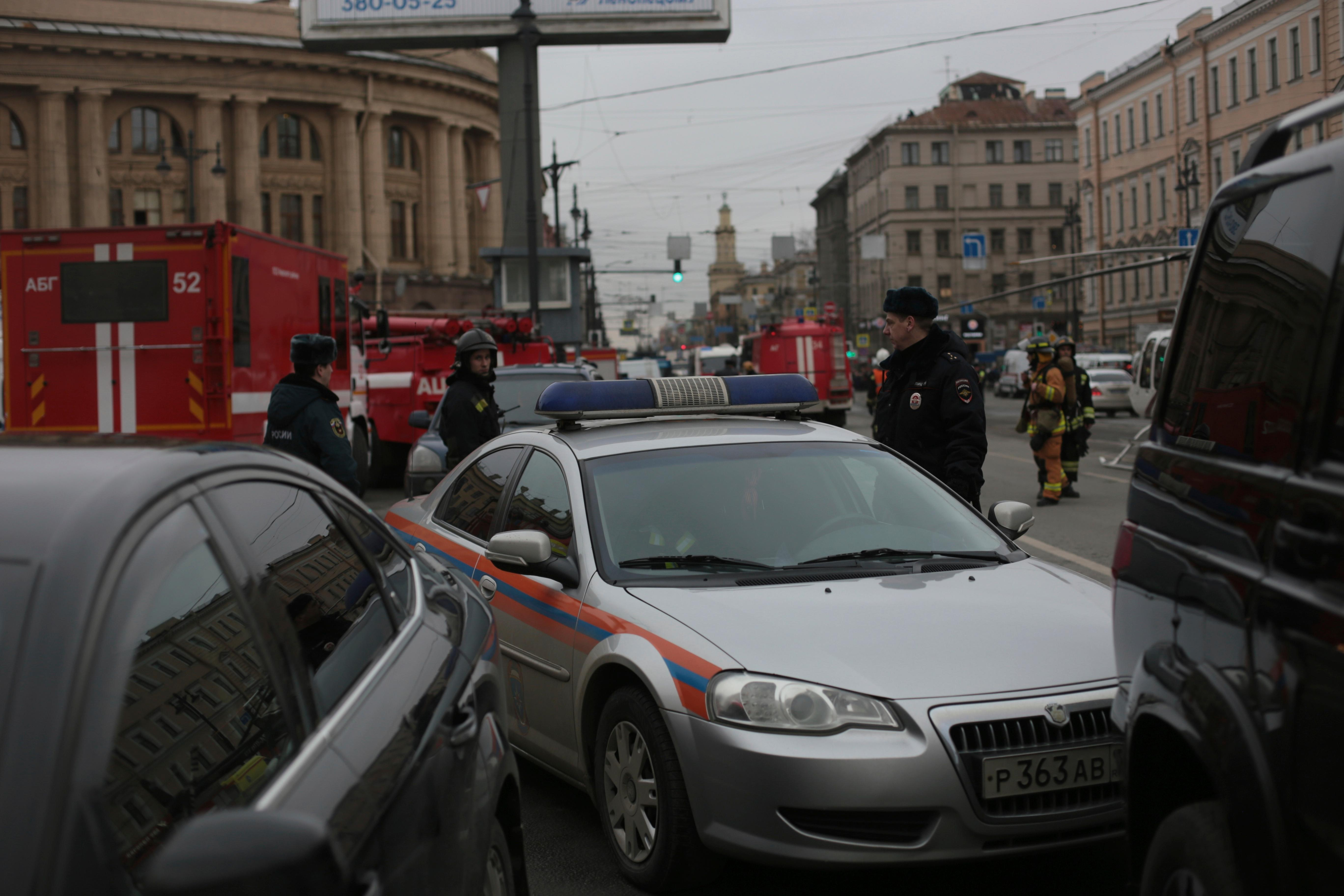 Russian police and emergency personnel block an area at the Tekhnologicheskaya metro station after explosion in St.Petersburg subway in St.Petersburg, Russia, Monday, April 3, 2017. The subway in the Russian city of St. Petersburg is reported an explosion on a subway train. (AP Photo/Yevgeny Kurskov)