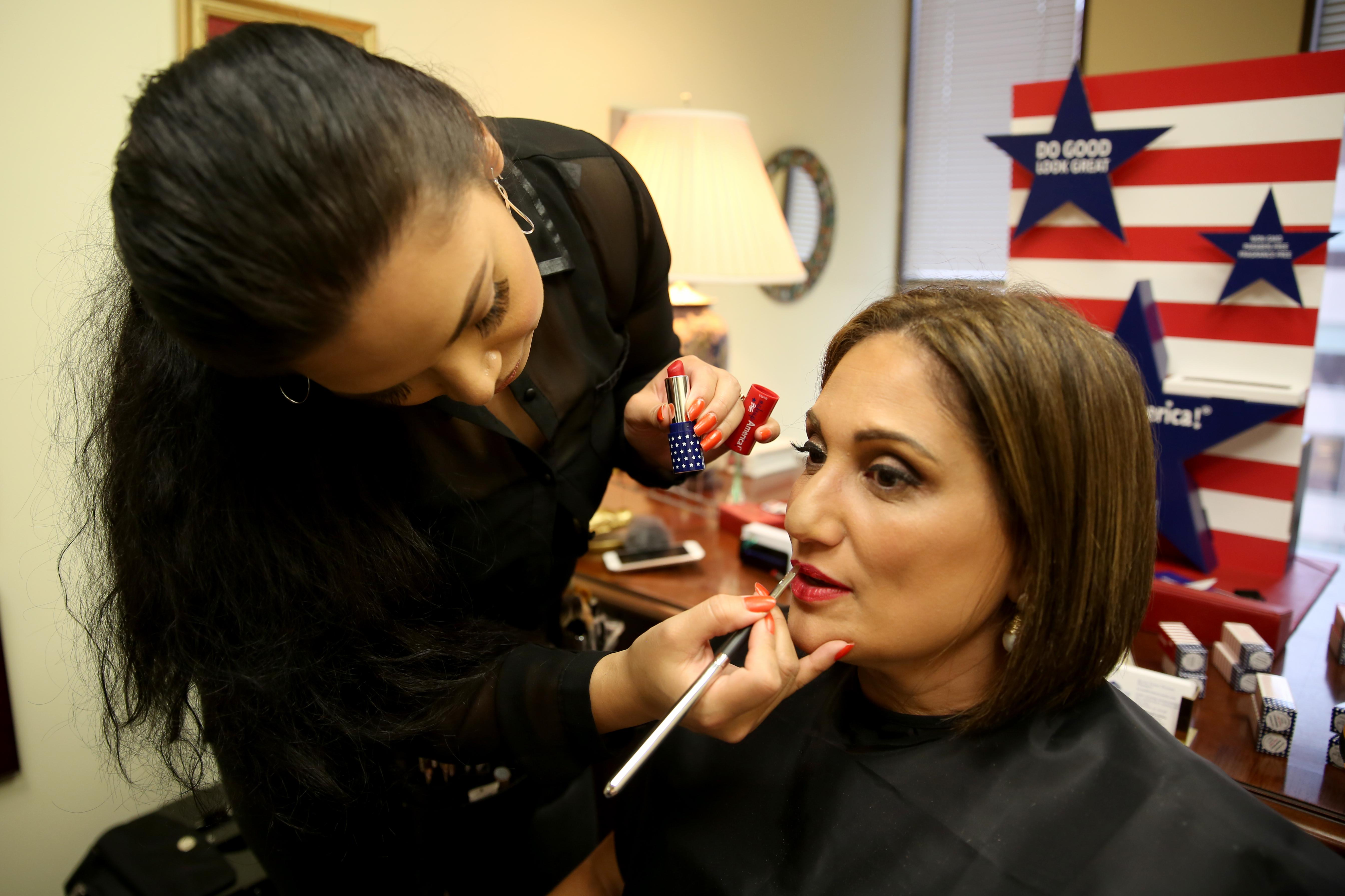 Jossy Chia applies 'Independence' lipstick on Randa Fahmy. (Amanda Andrade-Rhoades/DC Refined)