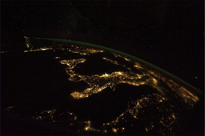 Flying east on a clear autumn night (Photo & Caption: Luca Parmitano, NASA)